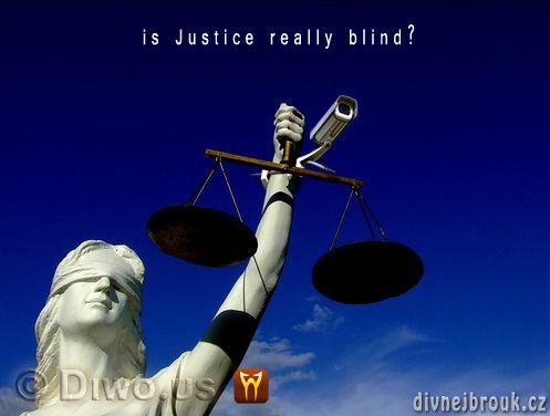 divnej brouk - blind lady justice statue, security camera, slepá socha spravedlnosti, bezpečnostní kamera, misky vah, váhy, ruka