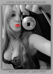 Diwous - Divnej Brouk, selfie, koupelna, zrcadlo, Blondýnka, špulení rtů, Facebook profilová fotka, rudé rty, prsa, duckface