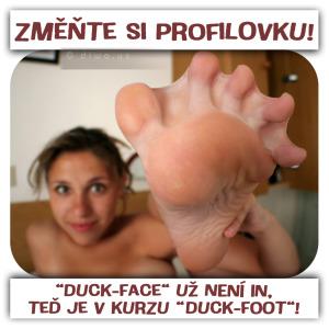 Diwous - Profilovka Duck Face vs Duck Foot, blány mezi prsty, Facebook, humor, kachna, kachní noha, plovací blána, profilová fotka, sociální sítě, vtip