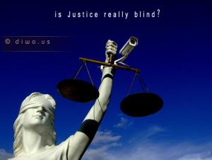 Diwous - Slepá socha spravedlnosti, váhy, kamera, Justice, statue, symbol soudnictví, Velký bratr, Big Brother, vtip, humor