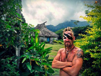 Diwous - Šaman kanibalů, 2020, savage, divoch, shaman, cannibal, vesnice, village, chatrč, cottage, válečné malování, face paint, džungle, jungle, deštný prales, rain forest, hory, vulkán, mountains, volcano, Fidži, Fiji, Mikronésie, Micronesia